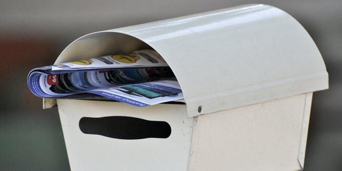 郵便ポストに入れられたチラシ